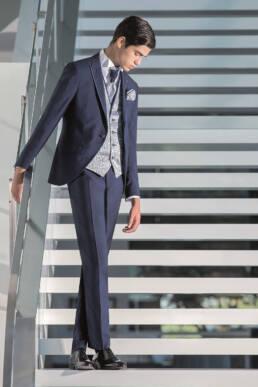 Fato de noivos azul ideal para o noivo jovem que se quer sentir elegante no dia do seu casamento