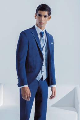Fato de noivo azul com detalhes em seda na lapela muito elegante