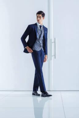 Fato de noivo com padrão floral em tom azul e azul cor clara gravatão com detalhe da mesma cor do casaco