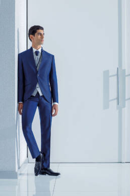 Fato de noivo azul eletrico com gravatão  e colete em contraste design italiano