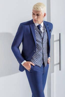 Fato de noivo azul com colete e acessórios em padrão losangos