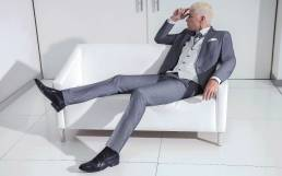 fato de noivo cinzento com colete em contraste forte mas extremamente elegante