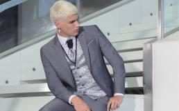 fato de noivo cinzento com colete em cor contraste gravtão e lenço de bolso