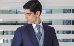 Fato de noivo azul com gravata em tom irreverente