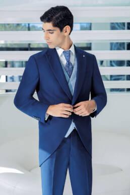 Fraque para o noivo em azul forte, gravata e colete em contraste