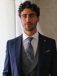 traje de novio joven brocado azul con cuadros